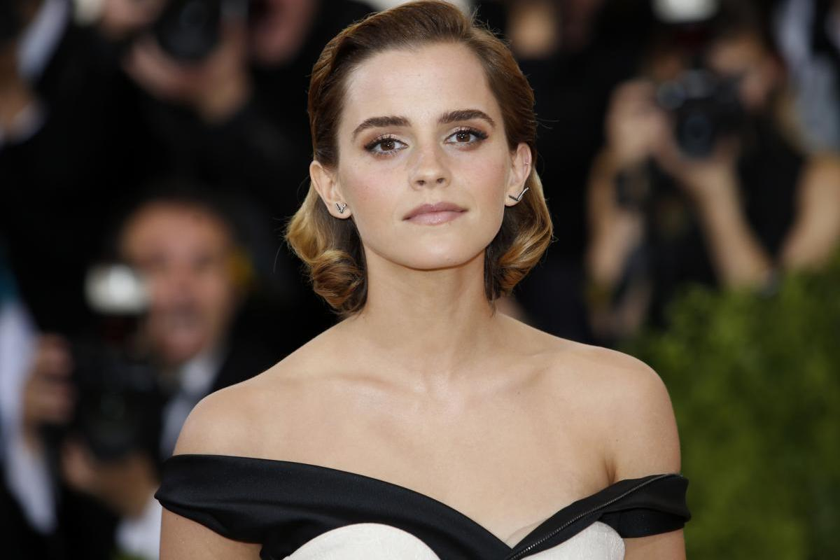 Emma Watson's Height, Outfits, Feet, Legs and Net Worth